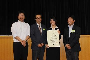 渡 友美氏(中央)と足立幸志・東北大学教授(右)
